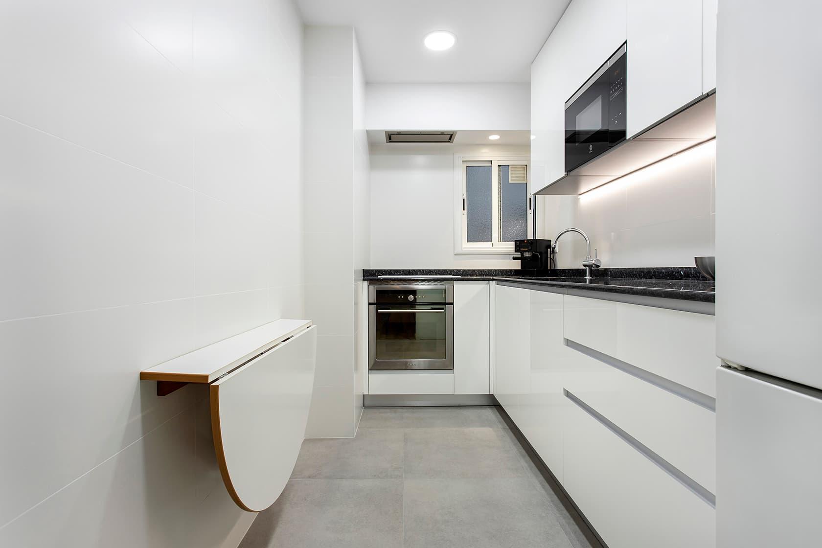 cocina reformada en blanco