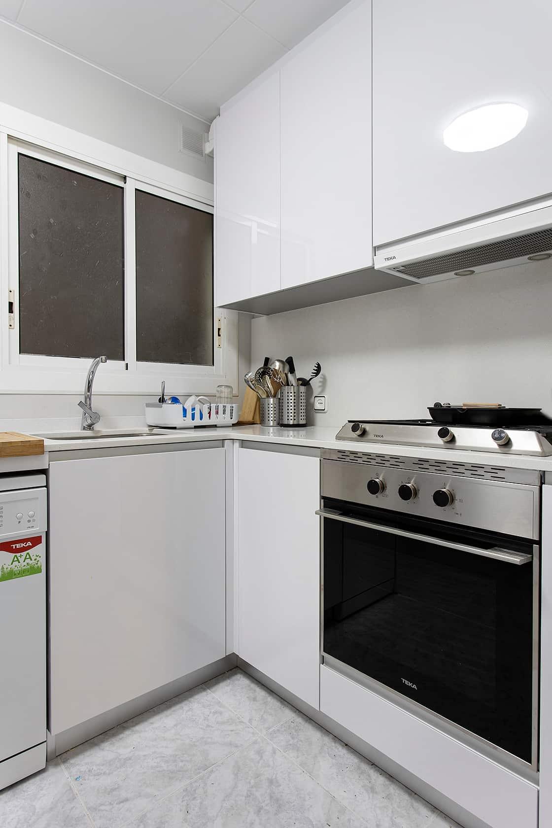 horno negro en cocina blanca