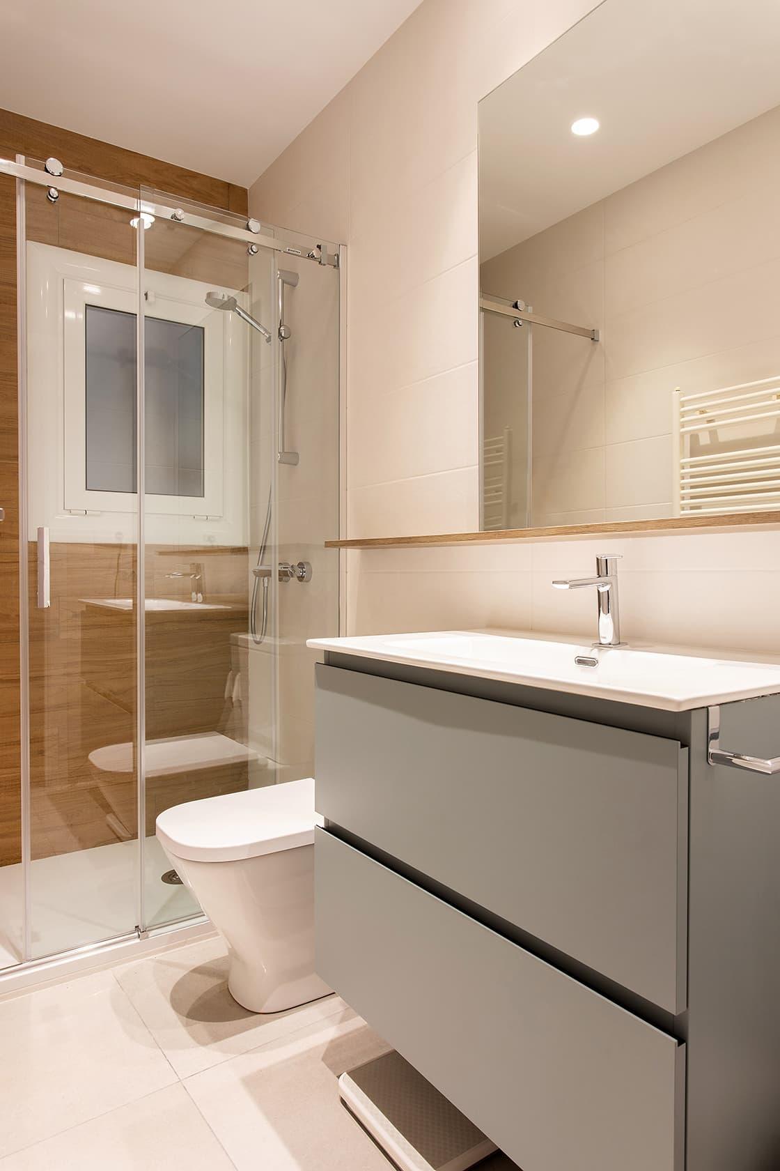 baño con almacenamiento en blanco