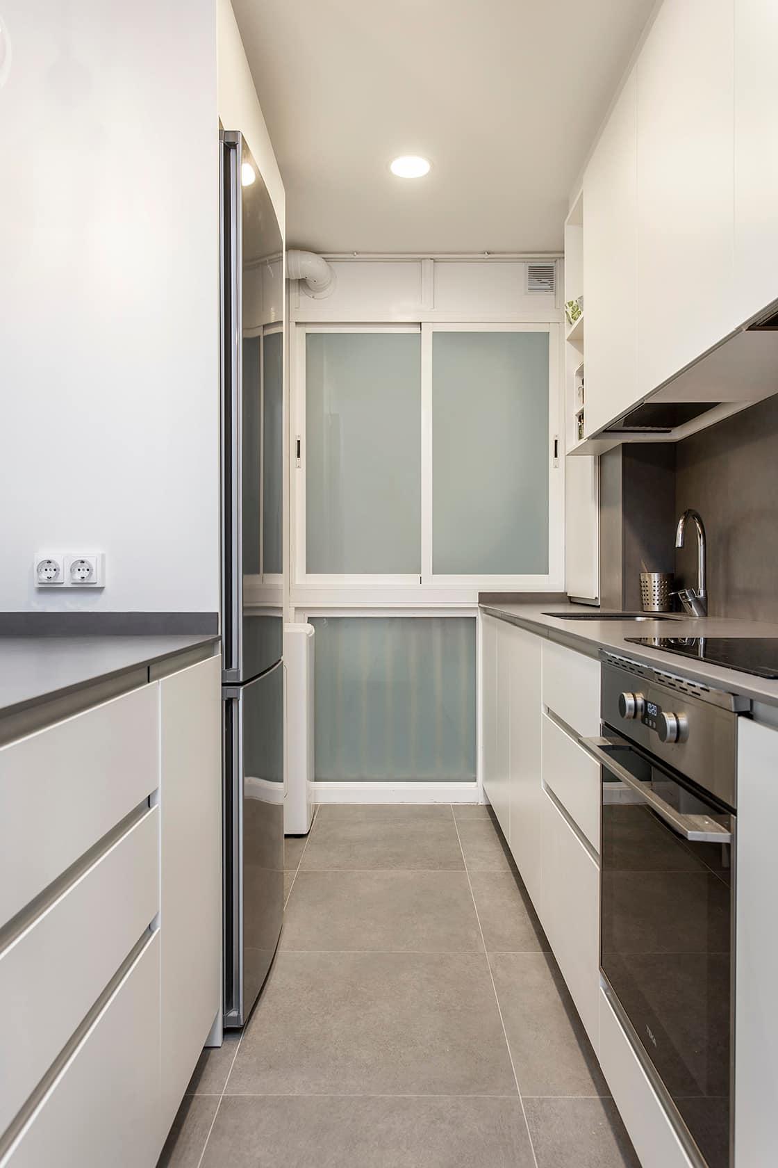 cocina alargada metalizada