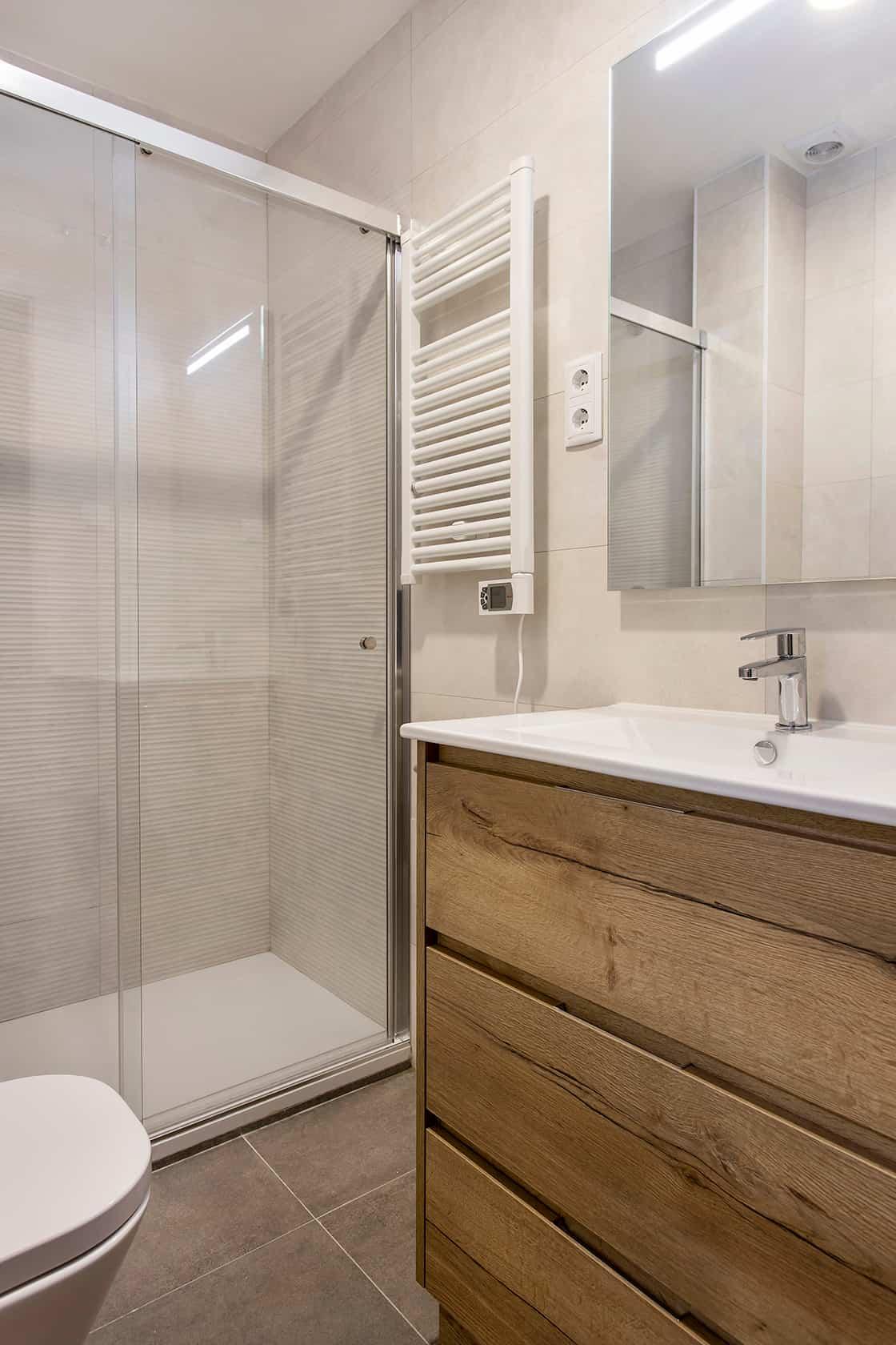 baño en blanco y madera