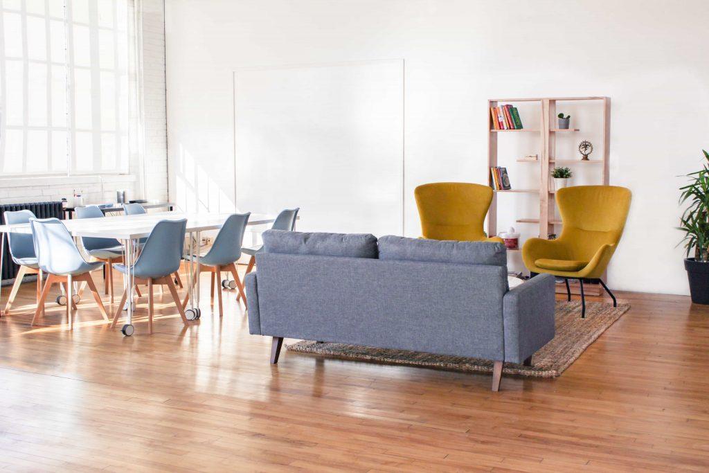 Inspiración: apuesta por un sofá amarillo para dar un toque alegre al salón